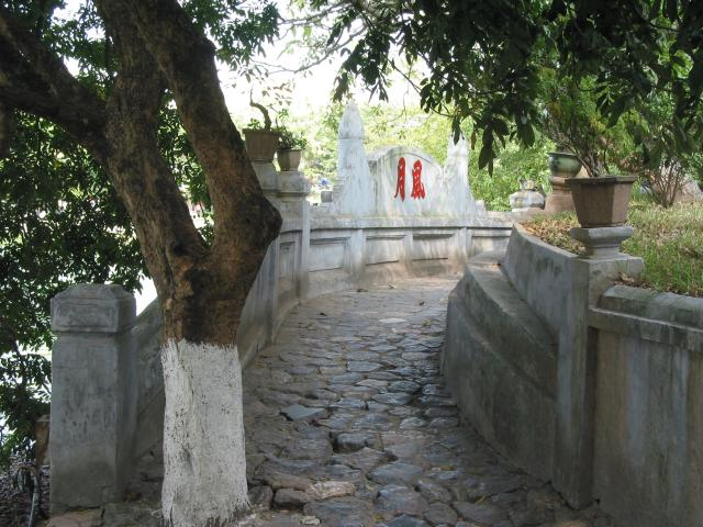 Path along outer wall, Ngoc Son temple